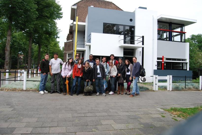 O grupo contemplando a mais importante obra arquitetônica de Rietveld - Casa Schroder, Utrecht, Holanda, 2010